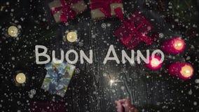 动画Buon案纳-新年快乐用意大利语,拿着闪烁发光物的女性手 影视素材