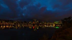 移动的云彩Timelapse在波特兰俄勒冈街市市地平线的与霍桑桥梁和水反射4k 影视素材