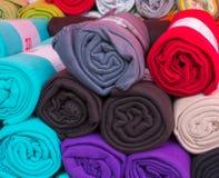 滚动的五颜六色的羊毛毯子 免版税图库摄影