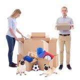 移动的天概念-夫妇包装被隔绝的纸板箱  免版税库存照片