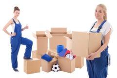 移动的天概念-蓝色工作服的妇女与纸板箱 免版税库存照片