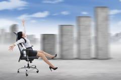 移动的女实业家和企业图表 免版税库存图片
