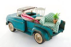 移动的房子的绿色玩具卡车 图库摄影