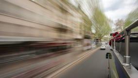从移动的旅游公共汽车的看法在路和 股票录像