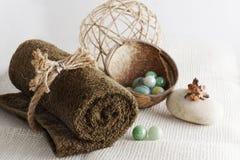 滚动的毛巾和球按摩的在一块轻的被编织的餐巾,准备的温泉做法 库存图片