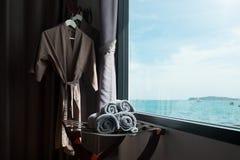 滚动的毛巾在有海scape的屋子里 免版税库存照片