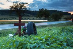 移动的汽车光在一条农村路的 在致命事故地方的晚上 在交叉路安置一次车祸 免版税库存照片