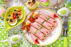 滚动的火腿充塞用乳酪和菜复活节breakfa的 免版税库存图片