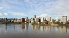 移动的白色云彩和蓝天与城市地平线Timelapse在波特兰俄勒冈1080p 股票录像
