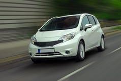 移动的白色汽车 免版税库存照片
