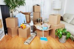 移动的箱子在新房里 库存照片