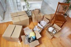 移动的箱子在新房里 免版税库存图片