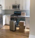 移动的箱子在新的厨房里 免版税库存图片
