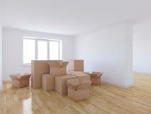 移动的箱子在空的屋子里 免版税图库摄影