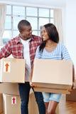 移动的箱子夫妇 免版税库存图片