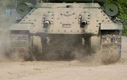 移动的老俄国坦克背面图  库存照片