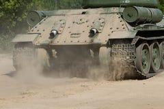 移动的老俄国坦克背面图  图库摄影