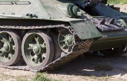 移动的老俄国坦克背面图  免版税库存图片