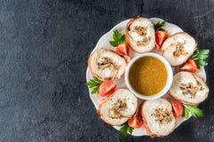 滚动的肉用蘑菇和调味汁 免版税库存照片