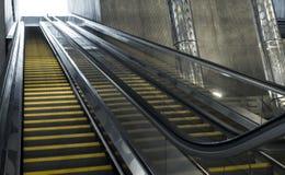 移动的自动扶梯在商业中心 免版税库存照片