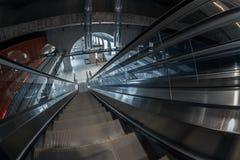 移动的自动扶梯在商业中心 库存照片