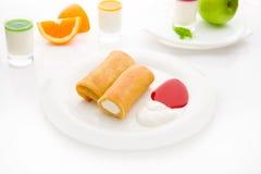 滚动的薄煎饼用酸奶干酪和果酱 免版税库存照片