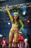 移动的阶段的巴西桑巴舞蹈家肉欲上 免版税库存图片