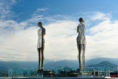 移动的雕塑阿里和Nino在巴统,乔治亚 免版税库存图片
