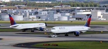 移动的飞机 免版税库存图片