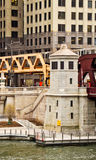 移动的高的el火车,一部分的芝加哥` s偶象运输系统,通过在芝加哥河 库存图片