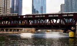 移动的高的el火车,一部分的芝加哥` s偶象运输系统,通过在芝加哥河 免版税库存图片