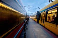 移动的黄色电车 免版税库存图片