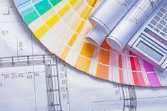 滚动的bueprints和计算器在色板显示 免版税库存图片
