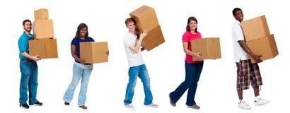 移动箱子的大学生或朋友 库存照片