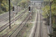 动臂信号机和铁路轨道 免版税库存照片