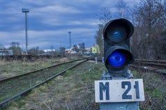 动臂信号机在铁路旁边点燃蓝色 库存图片