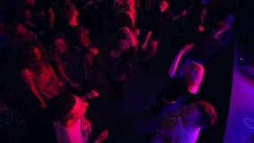 动臂起重机射击了跳舞人男人和妇女夜总会的 股票录像