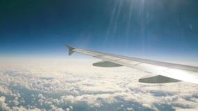 移动航空,美丽的景色到与太阳的清楚的天空发出光线 飞机覆盖飞行 股票录像