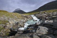 动荡河打旋的2月冰河融解水与剧烈的mo 库存照片