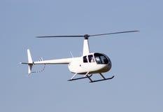 移动蓝天的白色抢救直升机 免版税库存照片