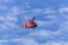 移动蓝天的红色抢救直升机 库存照片