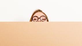 移动运载的箱子的妇女 空白的copyspace 免版税库存图片