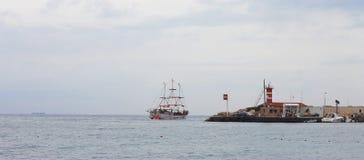 移动远离岸的风帆船 库存照片