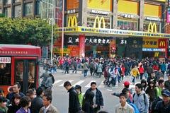 移动通过一家McDonalds商店的人大人群在中国 库存图片