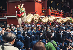 移动通过人群的金黄龙在Senso籍寺庙,东京 免版税库存图片