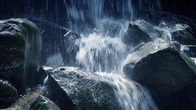 移动通过在山的岩石瀑布 影视素材