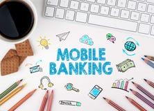 移动银行业务 键盘和一个咖啡杯在一张白色桌上 免版税库存照片