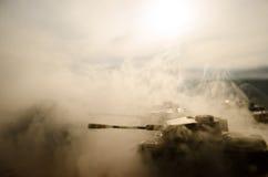 移动雾的沙漠的坦克 战争场面装饰 战士 免版税图库摄影