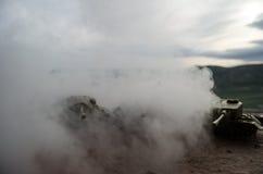 移动雾的沙漠的坦克 战争场面装饰 战士 库存图片