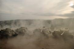 移动雾的沙漠的坦克 战争场面装饰 战士 免版税库存照片